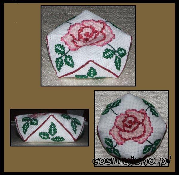 Biscornu z wyhaftowaną różą