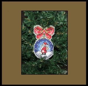 Bombka wyszywana na kanwie plastikowej - Mikołaj
