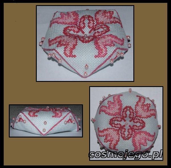 Biscornu - różowe kwiaty, ozdobione koralikami