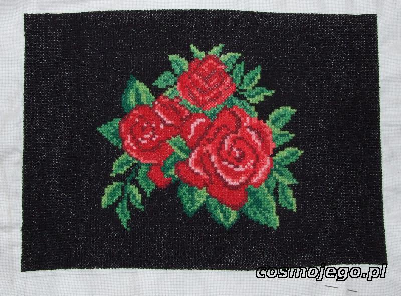 Haft krzyżykowy - róże na czarnym tle