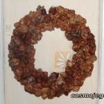 Róże z liści - ozdobny wianek do zawieszenia na ścianie