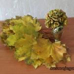 Róże z liści - bukiet w wazonie