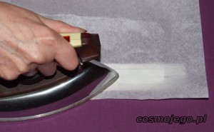 Zaprasowujemy gorącym żelazkiem przez papier śniadaniowy