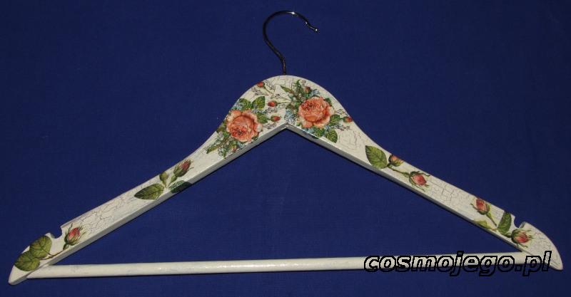 Wieszak na ubrania ozdobiony techniką decoupage - róże