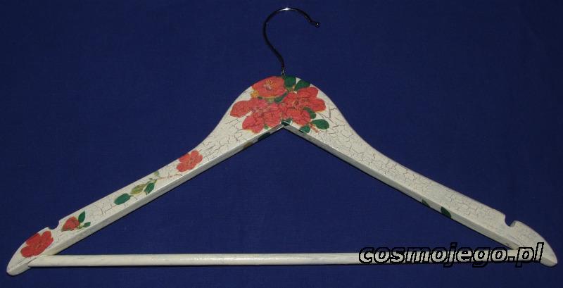 Wieszak na ubrania ozdobiony techniką decoupage z postarzeniem