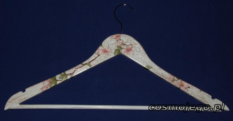 Wieszak na ubrania ozdobiony techniką decoupage - kwiat wiśni