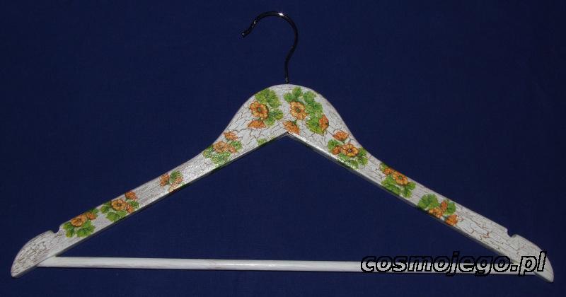 Wieszak na ubrania ozdobiony techniką decoupage z postarzeniem - kwiaty