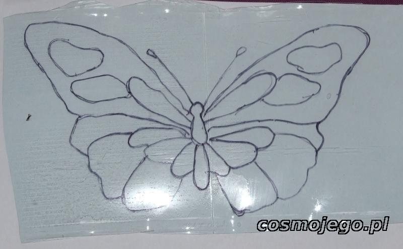 Motyla przerysowujemy na fragment plastikowej butelki