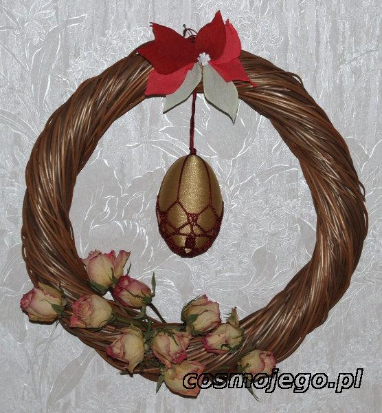 Wielkanocny wianek ozdobiony różami