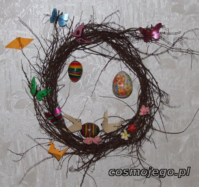 Wielkanocny wianek ozdobiony motylami, zajączkami, kwiatami z bibuły...