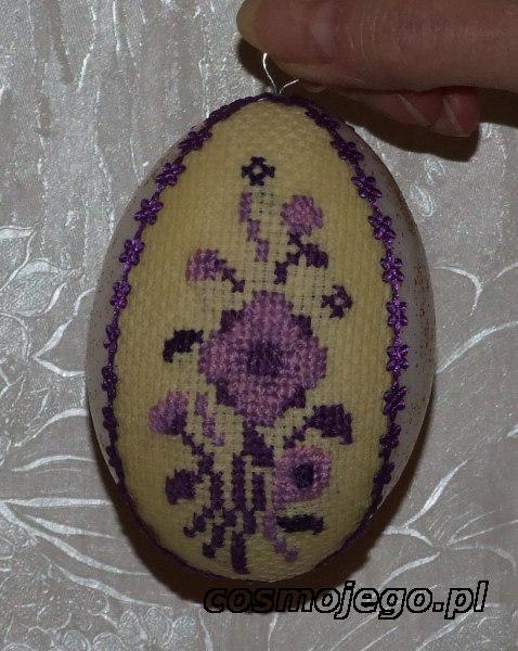 Jajko styropianowe ozdobione haftem krzyżykowym