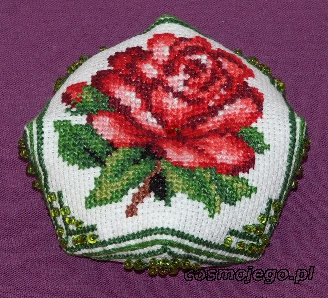 Biscornu z różą - idealne na miły upominek