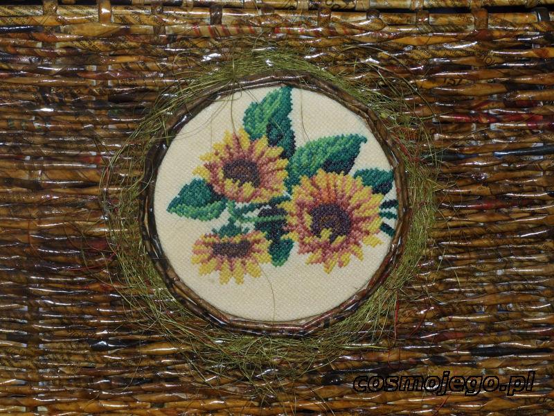 Ozdoba skrzyni - słoneczniki wyszyte haftem krzyżykowym