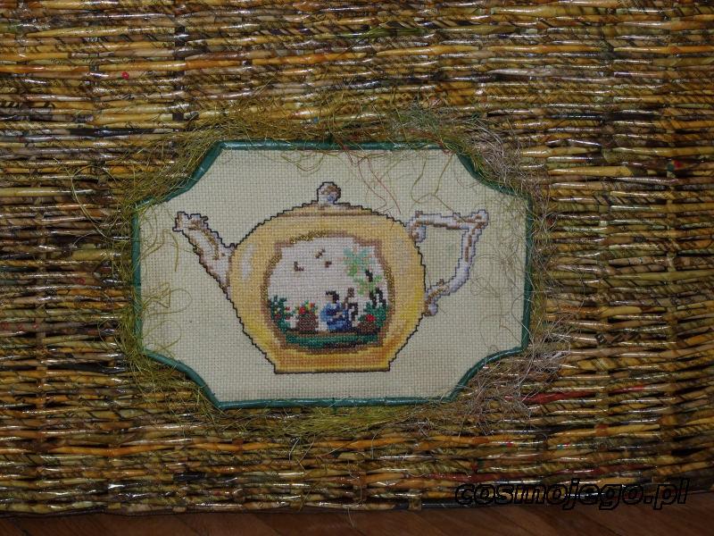 Haft, którym została ozdobiona skrzynia z wikliny papierowej.