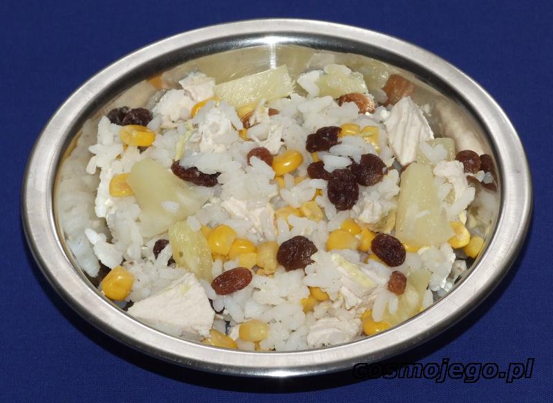 Sałatka z kurczaka i ryżu, z dodatkiem ananasa, rodzynek i kukurydzy